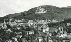Historische Luftaufnahme von Wernigerode; Schloss und Kirchtürme der Stadt.