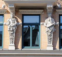 Stuckdekor - Figuren, Fassade am Zippelhaus Nr. 3; Wohn- und Kontorhaus erbaut 1890, Architekt Carl Elvers.