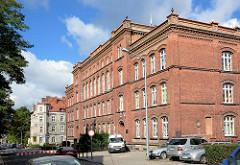 Backsteinarchitektur - Ziegelfassade, mehrstöckiges Schulgebäude in Bunzlau / Bolesławiec.