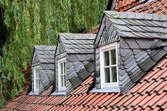 Mansardenfenster mit Schiefereindeckung - rote Dachpfannen; Wohnhaus in Goslar.
