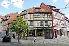 Restaurierte Fachwerkgebäude - Fussgängerzone beim Johannisbrunnen; Wohnhäuser - Geschäfte im Erdgeschoss; Fahrräder  / Ersatzteile / Nähmaschinen.