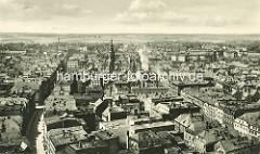 Historische Luftaufnahme von Świdnica / Schweidnitz; Blick über die Altstadt - in der Bildmitte der Rathausturm.