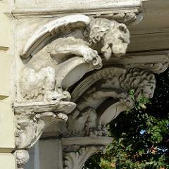 Zwei Chimären, Löwen mit Flügeln als Stütze eines Balkons - Architektur in Kłodzko / Glatz.