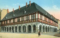 Historische Ansicht der der Domprobstei von Halberstadt, erbaut 1611, nach 1648 Sitz der Regierung vom Fürstentum Halberstadt. Im 19. Jahrhundert wurden in den Brüstungsfeldern die Domherrenwappen des abgerissenen Domkellers angebracht.