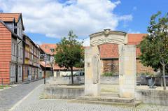 Portal - Umhegung, die den ehem. Standort vom spätbarocken Palais der Familie Lehmann in der Judengasse von Halberstadt umgrenzt.