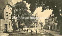 Historische Ansicht vom Hohen Weg in Goslar; im Vordergrund das Gebäude vom Amtsgericht, dahinter das Hospiz Großes Heiliges Kreuz und die Kirchtürme der Goslarer Marktkirche Sankt Cosmas und Damian.