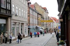 Geschäftsstrasse in Blankenburg Harz  - Lange Strasse; Einzelhandel - Fachwerkhäuser, historischer Strassenzug - Passanten und Touristen.
