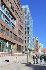 Mittagspause in der Hamburger Hafencity - Bürogebäude und Promenade am Ericusgraben / Brooktorhafen.