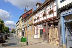 Fachwerkgebäude / Spätverkauf - restauriertes Wohnhaus mit Blumenkästen / Geranien am Fenster.