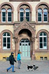 Mit Säulen dekorierter Eingang - historisches Gebäude der Königlichen Post in Goslar, erbaut 1898.