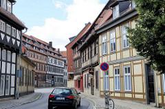 Enge Strasse, hohe Fachwerkhäuser - Westendorf in Halberstadt; restaurierte Hausfassade.