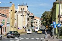 Unterschiedliche Architekturformen / Baustile - Straße in Kłodzko / Glatz.