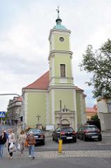 Pfarrkirche Hl. Kreuz und Kreuzherrenkommende (Kościół Św. Krzyża i klasztor Krzyżowców) in Świdnica / Schweidnitz; die Kirche wurde ursprünglich 1718/19 an der Stelle des ehemaligen Hospitals errichtet und 1633 durch Brand zerstört. Nach einem Umbau