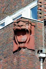 Terrakotta-Dekor, Bauschmuck - brüllender Löwe; expressionistische Architektur, mehrstöckiges Backsteingebäude in Hamburg Eimsbüttel.