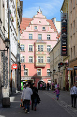 Innenstadt von Kłodzko / Glatz - Fussgängerzone mit Geschäften.