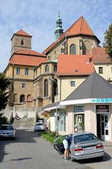 Rückseite, Kirchenschiff der Katholische Pfarrkirche Mariä Himmelfahrt - Kościół Wniebowzięcia Najświętszej Maryi Panny in Glatz / Kłodzko - errichtet ab 1390.