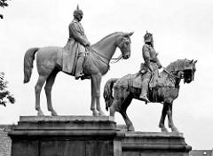 Reiterstandbilder Kaiser Barbarosse Friedrich I. und Kaiser Wilhelm I. in Goslar vor der Kaiserpfalz.