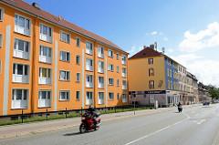 Wohnhäuser mit orangenfarbenem Fassaden-Anstrich - Harmoniestrasse in Halberstadt.