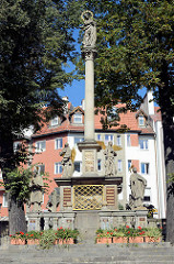 Mariensäule von Kłodzko / Glatz, spätbarocke Bildsäule aus dem 17. Jahrhundert - Bildhauer Hans Adam Bayerhoff; Säulenhöhe 11,52, gekrönt von der  Marienfigur Unbefleckte Empfängnis. Die Säule ist umgeben von Pestpatronen und anderen Heiligen. Auf
