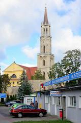 Autowerkstatt - Kirchturm der katholischen Maria-Hilf-Kirche in Bolesławiec Bunzlau.
