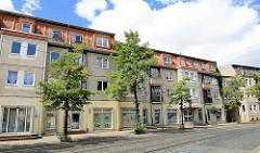 Wohnblocks - Strassenzug mit Plattenbauten, Geschäfte / Einzelhandel - Johannesbrunnen / Halberstadt.
