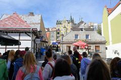 Touristengruppe - Schulklasse in der Altstadt von Kłodzko, Glatz.