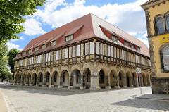 Historische Architektur auf dem Domplatz von Halberstadt - Domprobstei, erbaut 1611, nach 1648 Sitz der Regierung vom Fürstentum Halberstadt. Im 19. Jahrhundert wurden in den Brüstungsfeldern die Domherrenwappen des Domkellers angebracht.