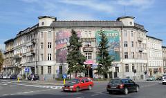 Mehrstöckiges Wohngebäude - Geschäftsgebäude in Kłodzko / Glatz - grossflächige Werbebanner, Werbeplakate.