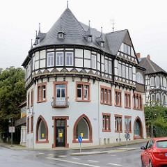 Eckgebäude mit runder Fassade - religiöser Sinnspruch im Fachwerk / farbige Schnitzerei - Halbrosetten; Schieferdach mit Mansardenfenstern; Architektur am Claustorwall in Goslar / Harz.