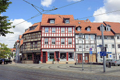 Restaurierte Fachwerkgebäude - Fussgängerzone beim Johannisbrunnen; Wohnhäuser - Geschäfte im Erdgeschoss.