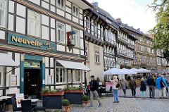 Restaurants und Fachwerkhäuser - Touristen im Marktkirchhof von Goslar.