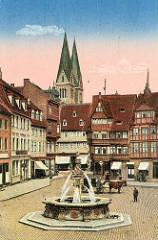 Alte colorierte Ansicht vom Holzmarktbrunnen - Pferdekutsche auf dem Holzmarkt, ein Hund / Dackel schnüffelt am Brunnenbecken. Fachwerkhäuser mit Geschäften / Markisen, Türme vom Dom.