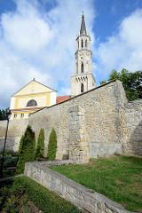 Alte Stadtmauer von Bunzlau / Bolesławiec - im Hintergrund der Kirchturm der katholischen Maria-Hilf-Kirche.