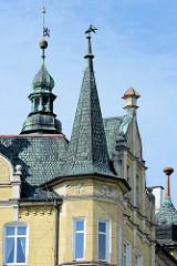 Mit Schiefer eingedeckte Hausgiebel - Kupferkuppel, Architektur in Kłodzko / Glatz.
