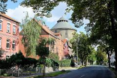 Wohnhäuser - mehrgeschossige Wohnblocks an der Wernigeroder Strasse in Halberstadt - Spitze vom Wasserturm; erbaut 1881.