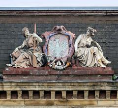 Dachschmuck vom Alten Postgebäude in Kłodzko / Glatz; Allegorien der Kommunikation, Wappen Polen - weisser Adler.