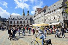 Marktplatz von Goslar - in der Bildmitte das historische Rathaus der Stadt; Baubeginn Mitte des 15. Jahrhunderts.