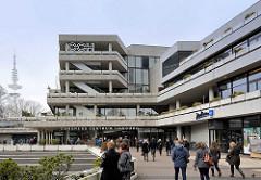 Eingang / Passanten am  CCH, Congress Center Hamburg - im Hintergrund der Fernsehturm.