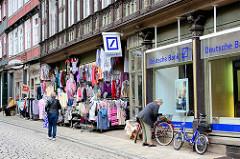 Lange Strasse, Blankenburg / Harz - Geschäftsstrasse der Stadt; Filiale Deutsche Bank, Modegeschäft.