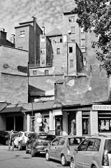 Rückseite von Wohnhäusern / Lichtschacht - Fenster auf den Hinterhof, parkende Autos - Bilder aus  Kłodzko, Glatz.
