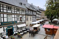 Pferdewagen mit Touristen auf Stadtrundfahrt in der Strasse Marktkirchhof in Goslar.