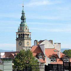 Dächer in  Kłodzko Glatz; Rathausturm mit Kupferkuppel.