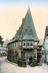 Historisches Motiv vom Patrizierhaus Brusttuch in der Altstadt von Goslar - trapezförmiges Grundstück, erbaut 1521 - Hotel, Restaurant; daneben Schild Badehallen über der Strasse / Gasse.