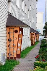 Hauseingang - farblich / orange abgesetzter Windfang; Architektur der 1970er Jahre - Bilder aus Świdnica / Schweidnitz.
