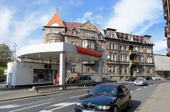 Mehrgeschossiges Gründerzeit-Mietshaus, Wohngebäude - Hauptverkehrsstrasse in Kłodzko / Glatz, Tankstelle.