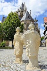 """Skulpturen - Sandstein, """"Zwei Herren in Betrachtung des Doms"""" auf dem Domplatz in Halberstadt - Steinbildhauer Daniel Priese"""