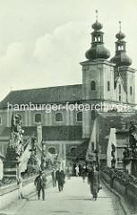 Historische Aufnahme der Minoritenkirche St. Maria (Kościół Matki Bożej Różańcowej) in Kłodzko / Glatz , erbaut von 1628 bis 1631.  Blick über die Johannisbrücke / Brücktorbrücke - mittelalterliche Steinbogenbrücke.