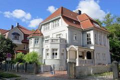 Gründerzeitvilla mit Säuleneingang und Stuckdekor in Halberstadt / Bauschmuck.