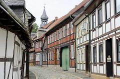 Fachwerkhäuser in der Peterstrasse / Goslar - im Hintergrund der Kirchturm der Frankenberger Kirche.