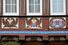 Hausfassade mit Schnitzereien - Fachwerkhaus in Goslar,